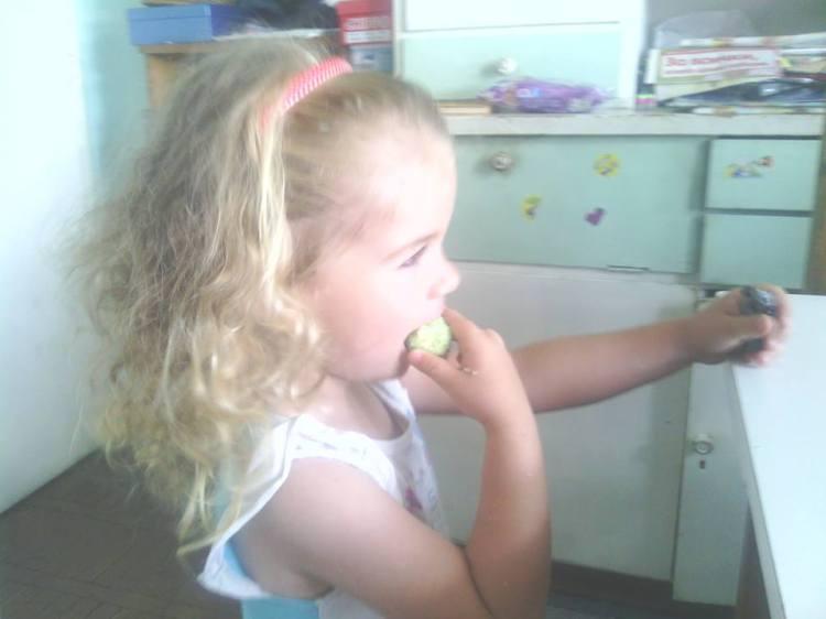 Натали яде кокоски с извара
